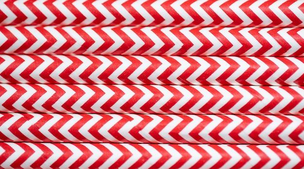 赤い紙のストライプのカラフルなストローの背景を閉じる