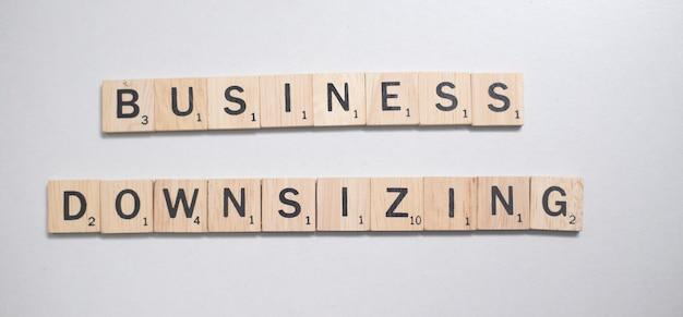 白い背景の上のビジネスコンセプトの木製の茶色のスクラブル文字