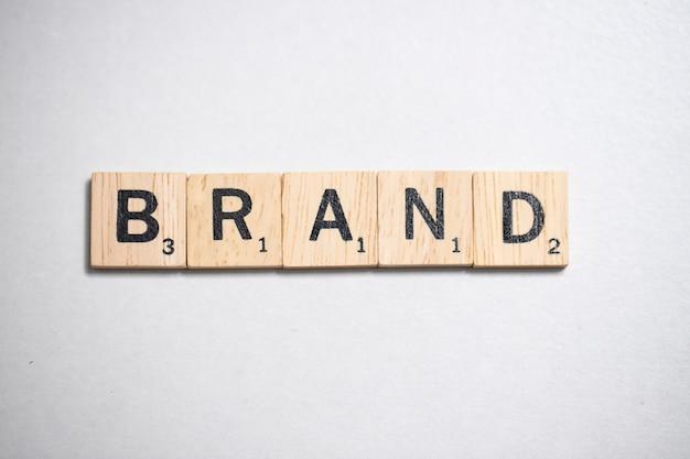 白い背景の上のビジネスコンセプトの木製のスクラブル文字
