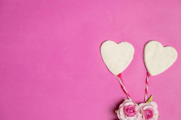 Большие сердца на розовом фоне с пространством для текста, значок любви, день святого валентина