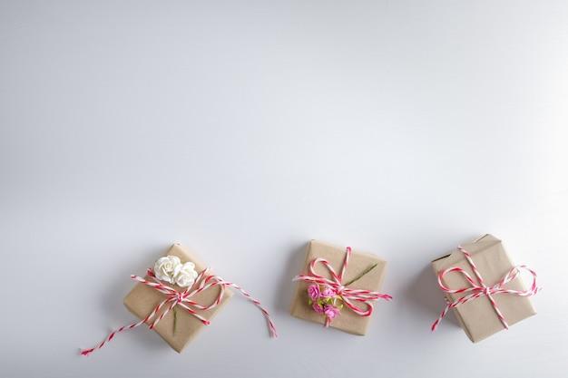 白い木製のテクスチャ背景、幸せなバレンタインデーに分離されたギフトボックス