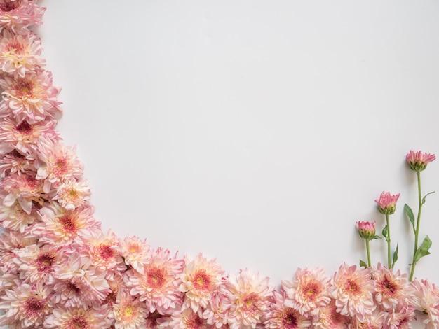 白地にピンクと白の花で作られたフレーム