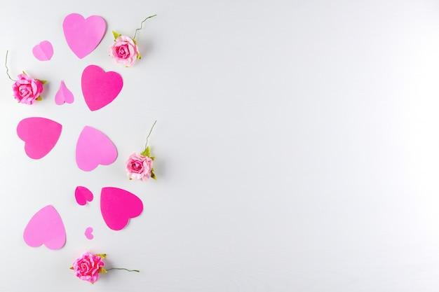白い木製のテクスチャ背景に分離された手作りのピンクの愛の心