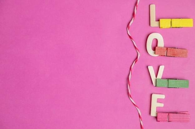 ピンクの背景に愛という言葉
