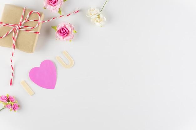 テキスト、バレンタインデーのためのスペースと白い背景の上の愛という言葉