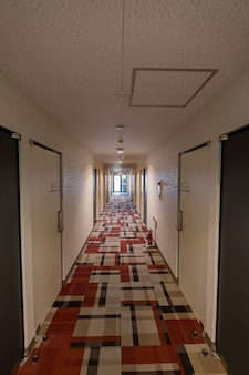 パターン敷物で装飾された宿泊施設の廊下