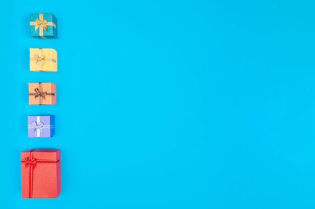Подарочные коробки на синем фоне