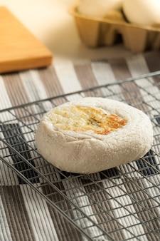 グリルで自家製の焼きたてのパン