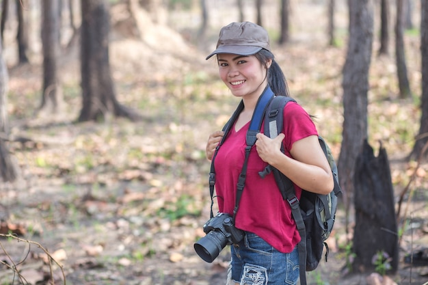 美しい女性が森を歩いている写真。
