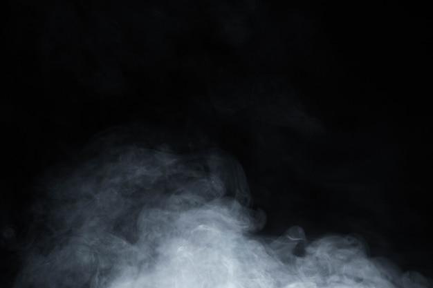 黒い背景に煙