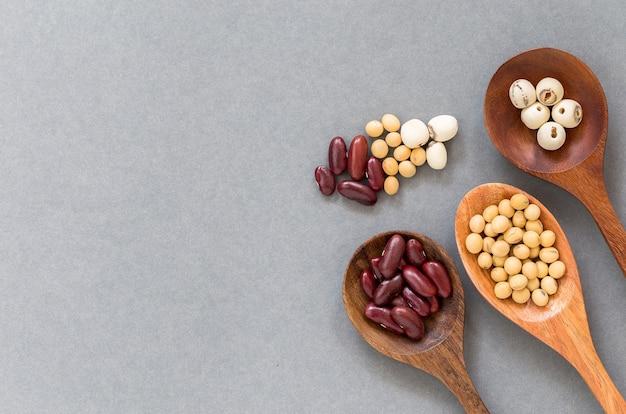 健康的な穀物は、木製のスプーンに置く、コピースペース