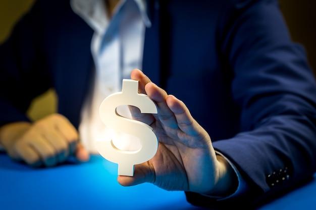 ビジネスマンは将来と利益のために投資します。