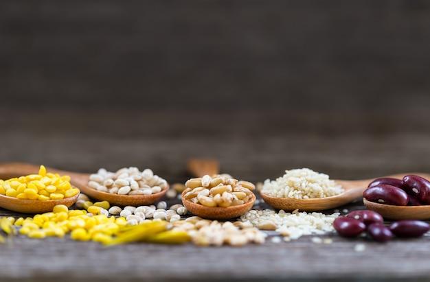 古い木のテーブルの健康穀物、コピースペース。