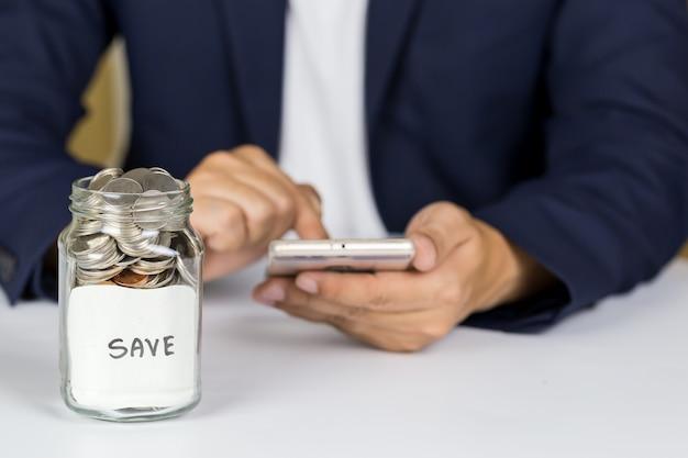 透明なガラス瓶に預金を貯金する