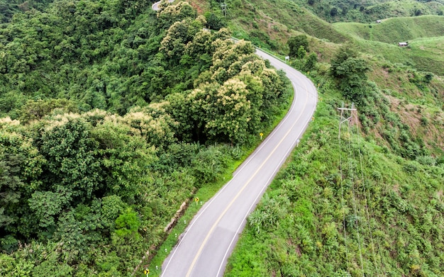 山の上のアスファルトカーブした高速道路