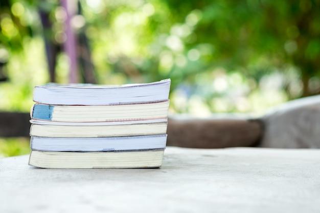 ぼやけている庭に積み上げられた本