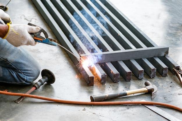 産業労働者の火花で鋼を溶接