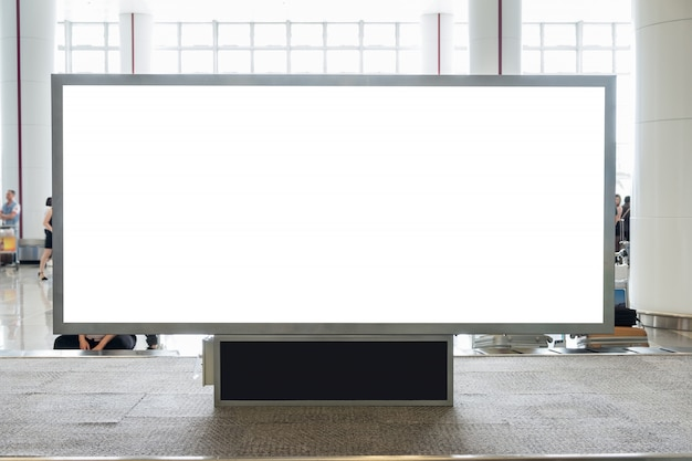 広告、空港ホールでの広報のためのコピースペースを持つデジタルブランクの看板