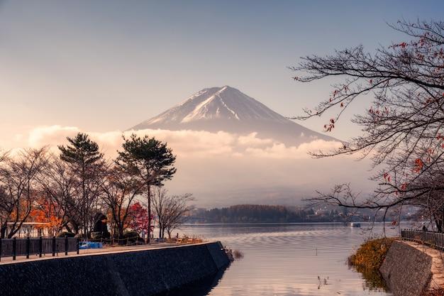 河口湖の秋の庭で曇りの富士山