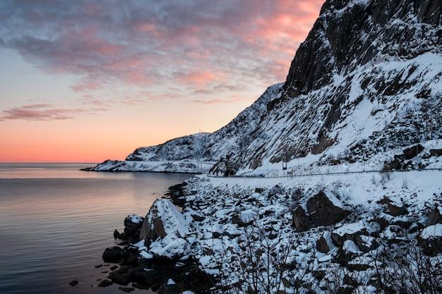 ロフォーテン諸島の北極海辺のトンネル道路