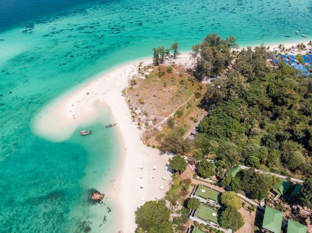 リペ島のエメラルドの熱帯海のカルマ白いビーチ