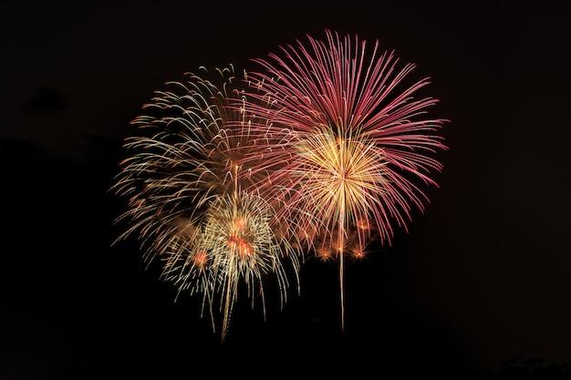 毎年恒例の祭りでカラフルな花火の爆発