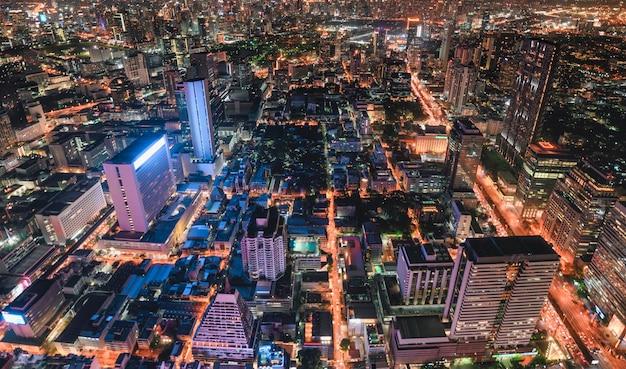 Городской пейзаж многолюдного здания со светлым движением в городе бангкок