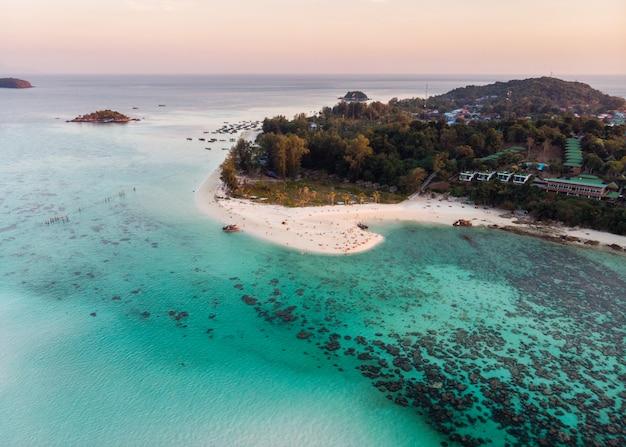熱帯の海でサンゴ礁と白いビーチ