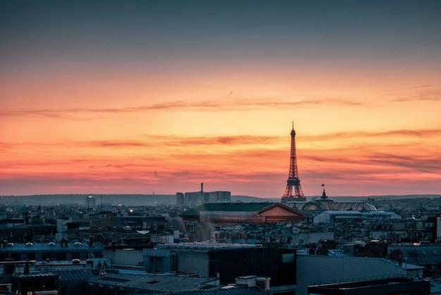 夕暮れ時のエッフェル塔を見る