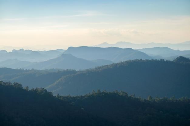 Пейзаж горного хребта на солнечном