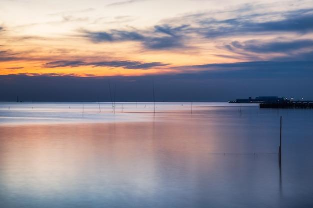 Красивое побережье моря спокойное в сумерках