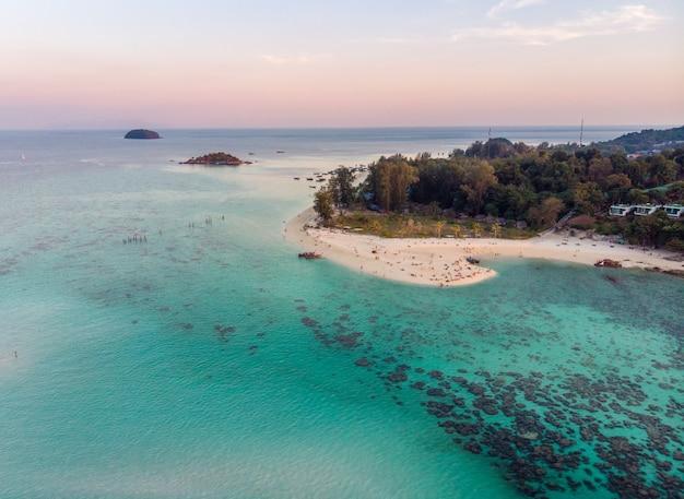 白いビーチとリペ島のサンゴ礁の美しい熱帯の海