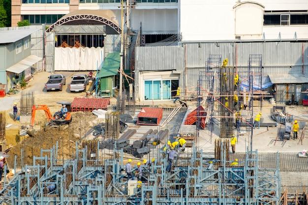 建設業界の労働者と建物