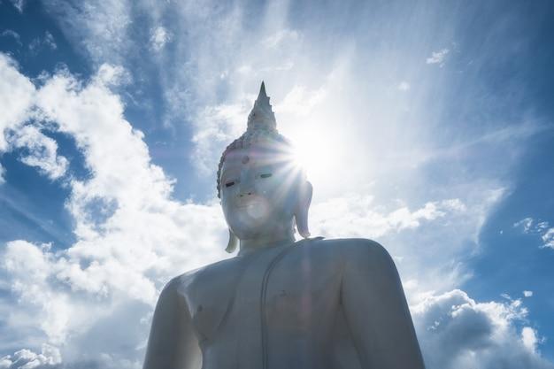 Белая большая статуя будды, яркая в храме ват тха ханун