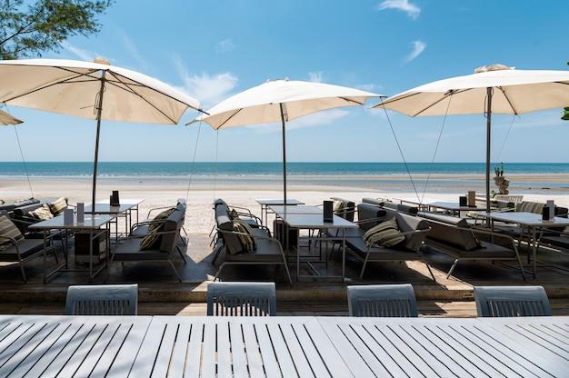 ダイニングテーブルと傘の海の景色