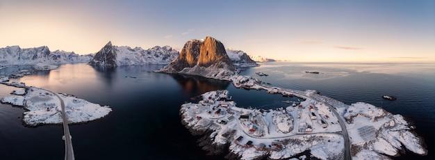 冬の漁村と北極海の群島のパノラマ空撮