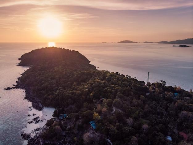 リペ島の熱帯の海に地平線に沈む夕日