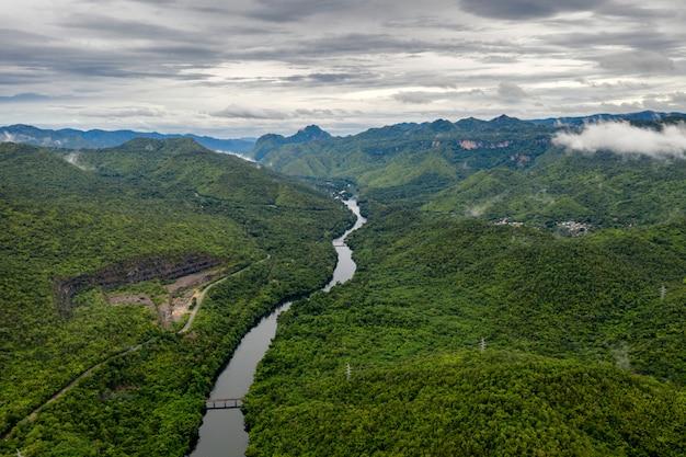 カンチャナブリの国立公園の熱帯雨林のダムの風景