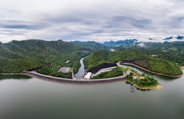 国立公園の水力発電所と熱帯雨林のダムの風景