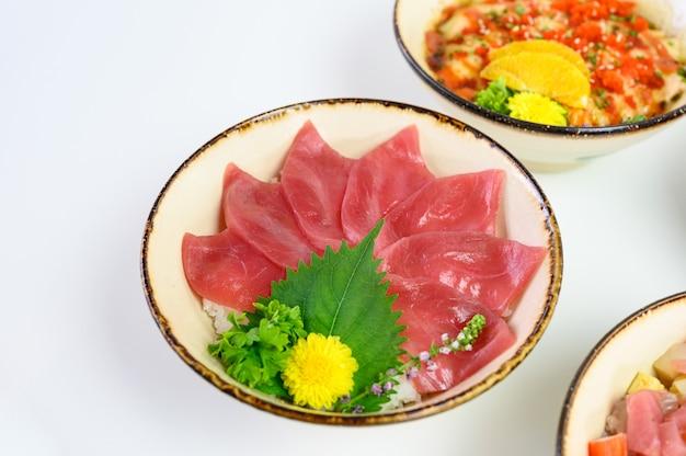 Донбури нарезанный сырой магуро на японском рисе