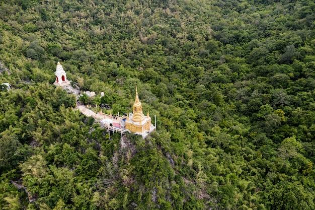 ワットバンタムの熱帯雨林の丘の上の黄金の仏塔