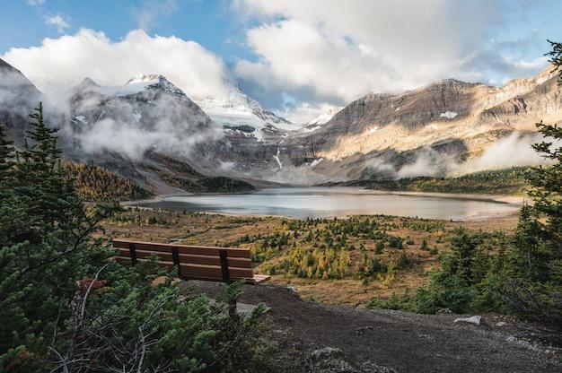 アシニボイン山とマゴグ湖の木製ベンチ