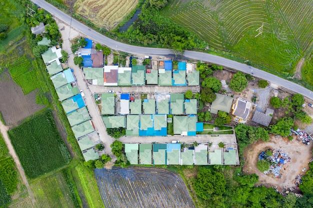 田んぼのある郊外の村の緑の屋根