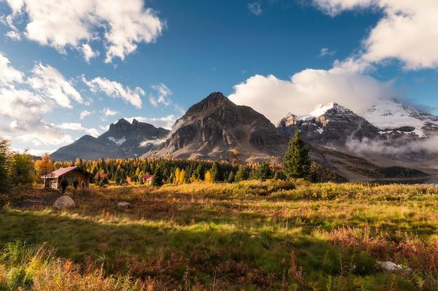 カナダのロッキー山脈の木造の小屋