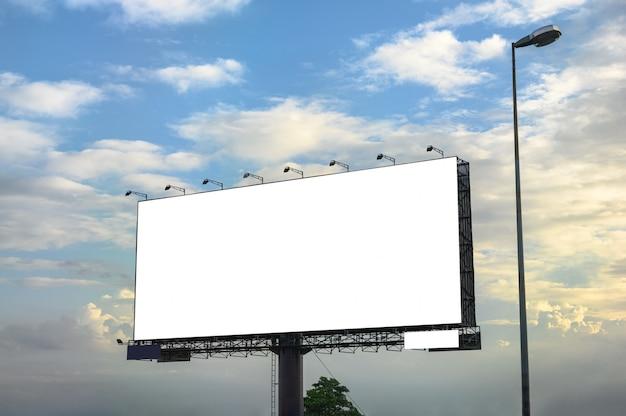 Белый большой пустой рекламный щит со стальной структурой на обочине дороги