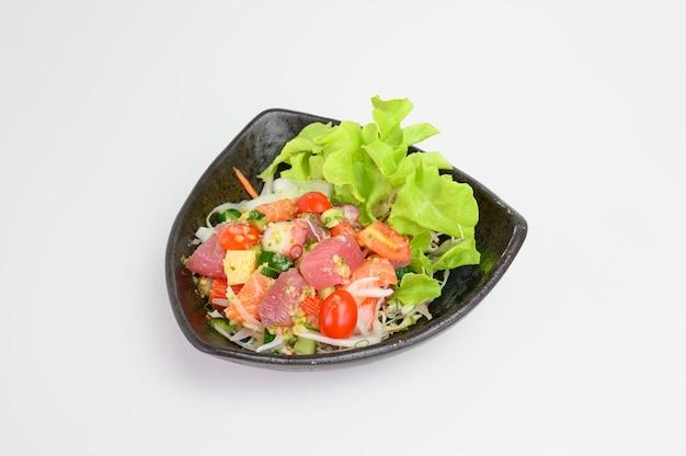 Лосось с салатом магуро с острым соусом