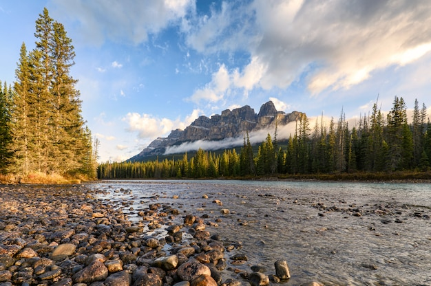バンフ国立公園の城山と弓川の日の出