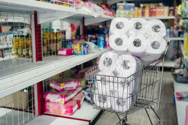 Корзина на стоянке в проходе в продуктовом магазине