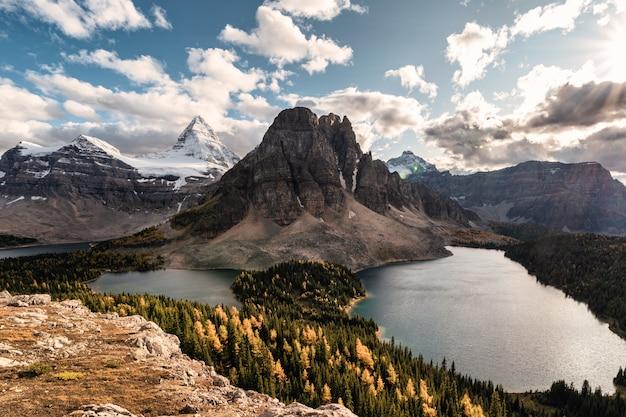 州立公園のナブレット峰の秋の森の湖とアシニボイン山