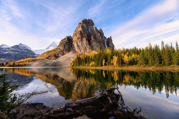 州立公園の秋の森のアシニボイン山とサンバースト湖の日の出